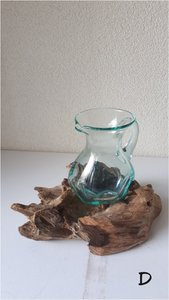Glazen kannetje op hout D